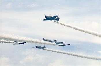 美國紐約州瓊斯海灘上演飛行秀