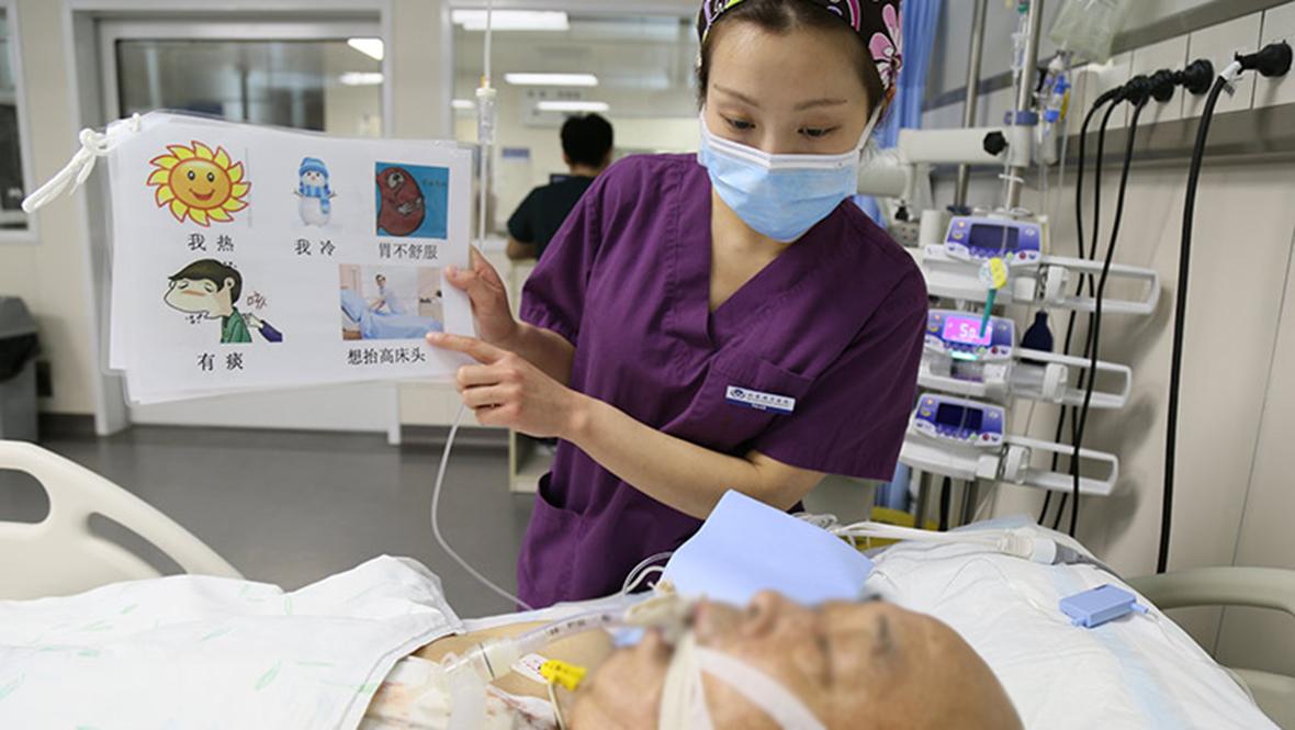 """北京護士的一天:十項全能的""""紫衣天使"""""""