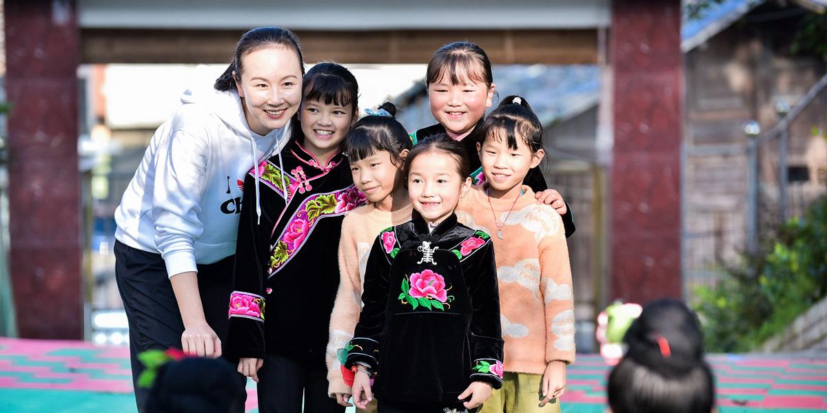世界冠軍彭帥與龍塘村小朋友打網球
