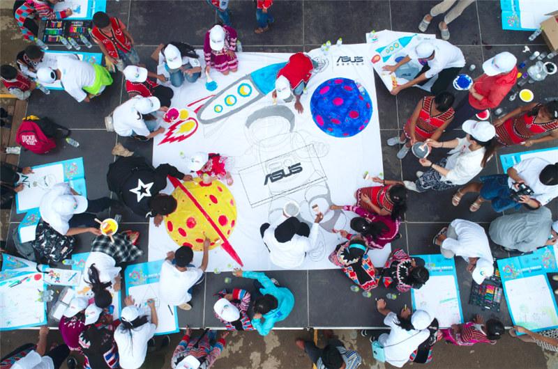e創公益大使、志願者和小朋友一同夢想涂鴉