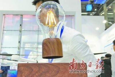 懸浮的燈泡
