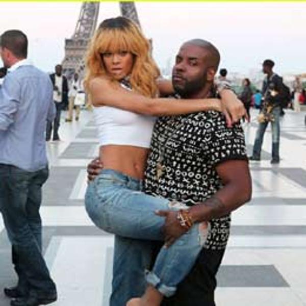 蕾哈娜埃菲尔铁塔前摆拍留念 姿势搞笑可爱