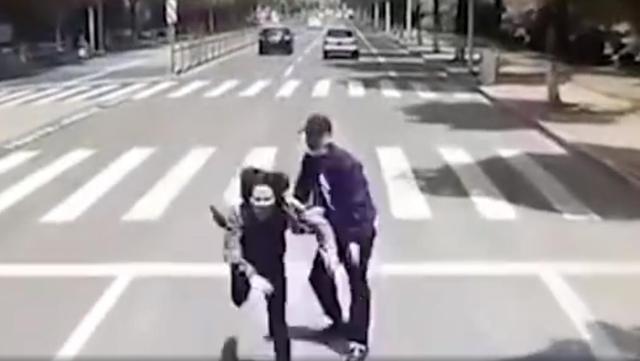 大快人心!警方通报男子将女友推向公交车:已刑拘