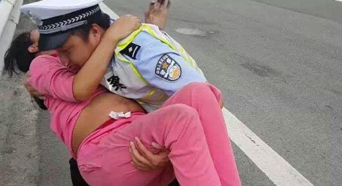 孕妇教程上虚拟交警在警车上为其接生安装linux临产机高速图片