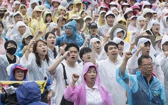 韓國民眾冒雨參加大規模和平遊行示威