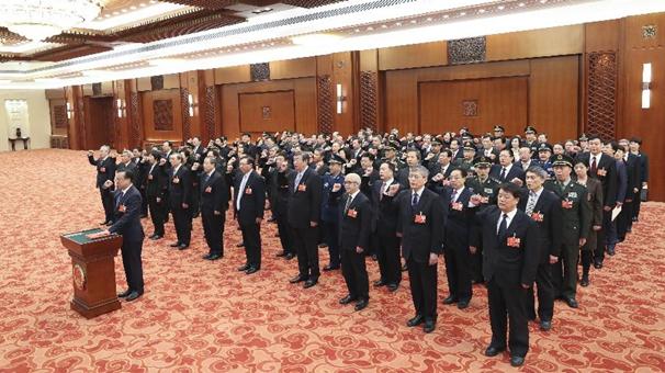 十三屆全國人大專門委員會組成人員進行憲法宣誓