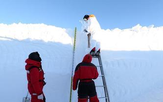 """特寫:南極""""白夜""""採集雪坑樣品記"""