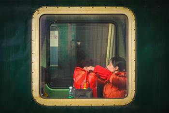 列車車窗裏的歸鄉人
