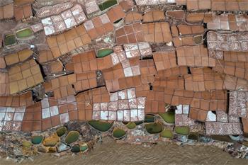 西藏芒康:瀾滄江畔的千年古鹽田
