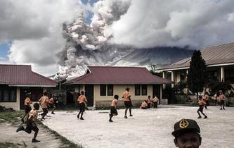 印尼錫納朋火山爆發 學生淡定玩耍