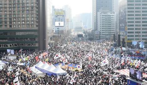 """韓國首爾相繼上演""""倒樸""""""""挺樸""""集會"""