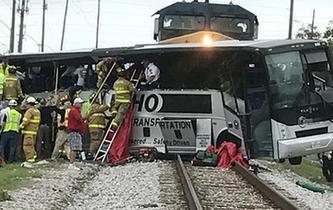 美國一列火車與大巴相撞造成至少4人死亡