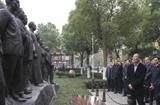 王岐山瞻仰第一屆中央監委10名成員雕像