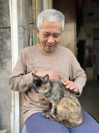 """永庆坊有个""""猫王爷爷"""",""""七代同堂""""如数家珍"""