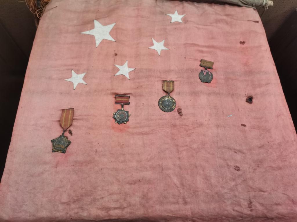 一面珍藏了半个多世纪五星红旗的背后