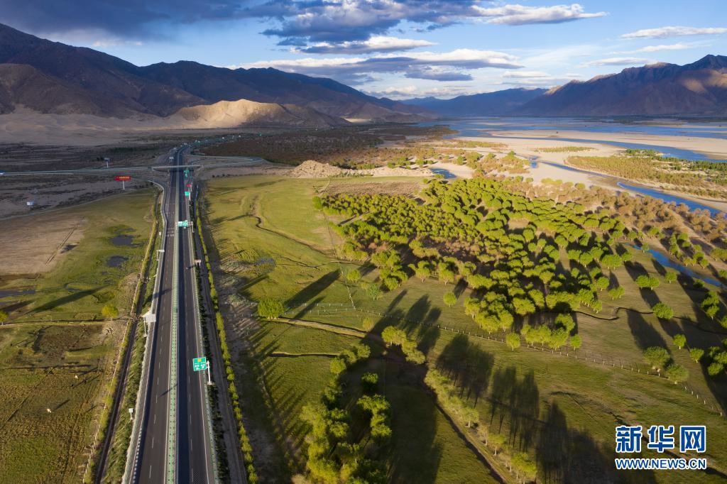 """西藏""""母亲河""""沿岸造起""""绿色长廊"""