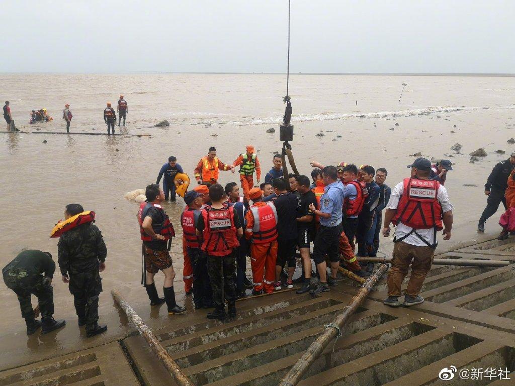 浙江台州警民合力紧急营救12头搁浅鲸鱼