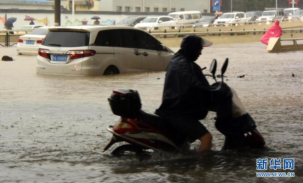 郑州遭遇历史极值暴雨:市内交通中断 多处小区停水停电