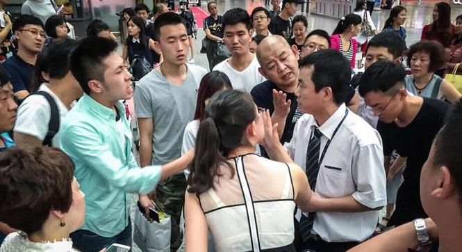 广州暴雨致航班大面积延误 乘客大闹机场