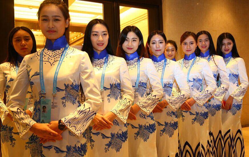 互联网大会礼仪穿青花瓷旗袍亮相