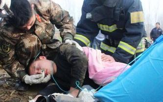 20米深井救出被困女子 95後消防戰士暈倒