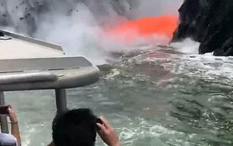 火山岩漿噴涌 遊客近距離拍照
