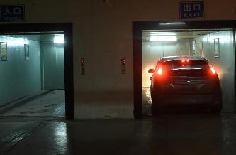 """高樓車庫入口在樓頂 進入車輛需""""乘電梯"""""""