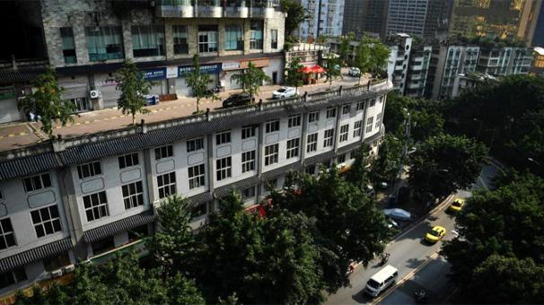 重慶一小區五層樓頂建路行車