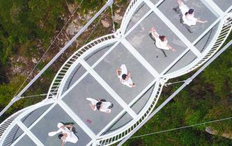 沂蒙山玻璃橋投入使用