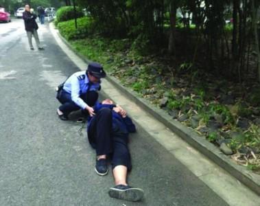 老人倒地不動 保安蹲地半小時手臂給他當枕頭