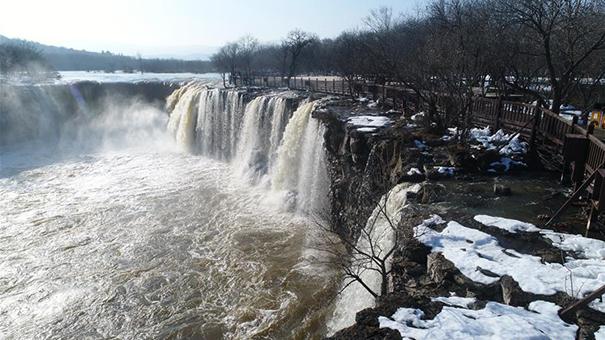黑龍江牡丹江:鏡泊湖現冬季大瀑布