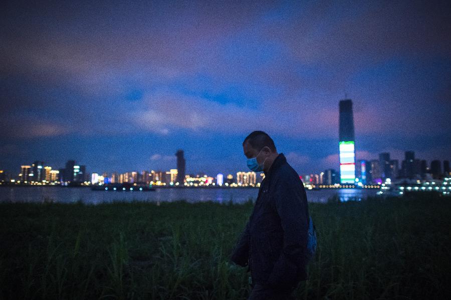 武漢:江灘夜色重現 生活逐步復原
