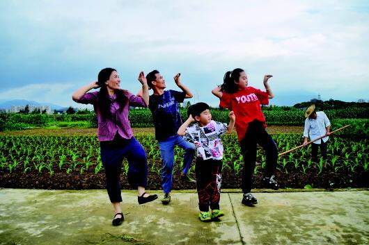 鄉村愛情:田埂間的雙人曳步舞