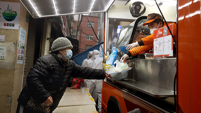 上海:封閉小區外的早餐車
