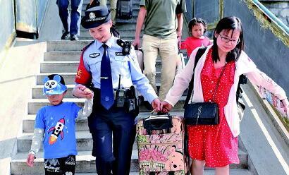 """長大後我就成了你:98""""抱樹女孩""""當上人民警察"""