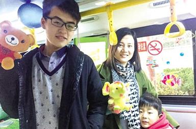 公交女車長元旦開車 兒子給乘客們發禮物
