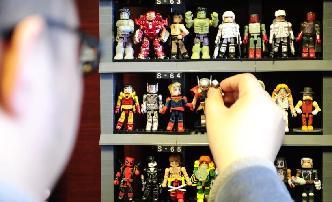 """邊塞小城""""漫畫英雄""""達人 10年收集千余美漫人物玩偶"""