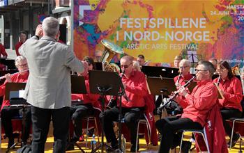 北極藝術節在挪威北極圈小鎮開幕