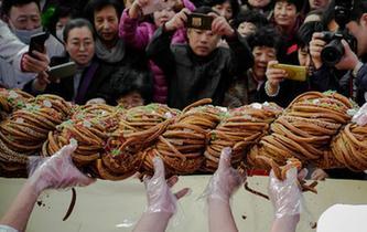 118斤巨型麻花亮相天津麻花文化節