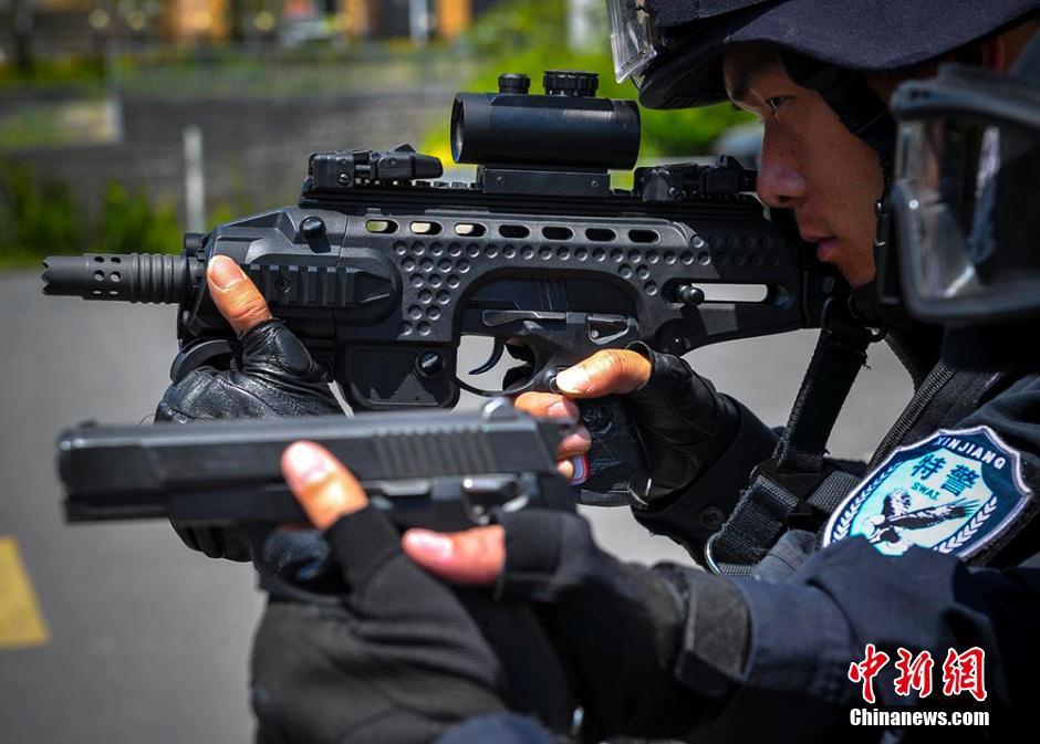 """高清:手槍變""""微衝"""" 烏魯木齊特警測試多功能槍架"""
