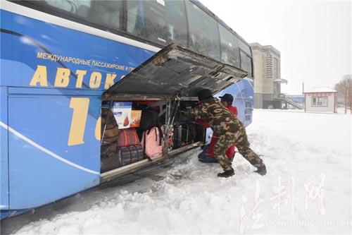 黑龙江密山边检站主动应对突发降雪全力确保口岸通畅