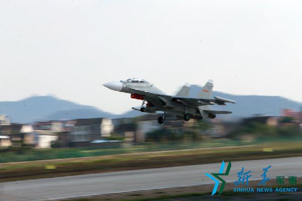 东部战区海军航空兵组织立体协同演练