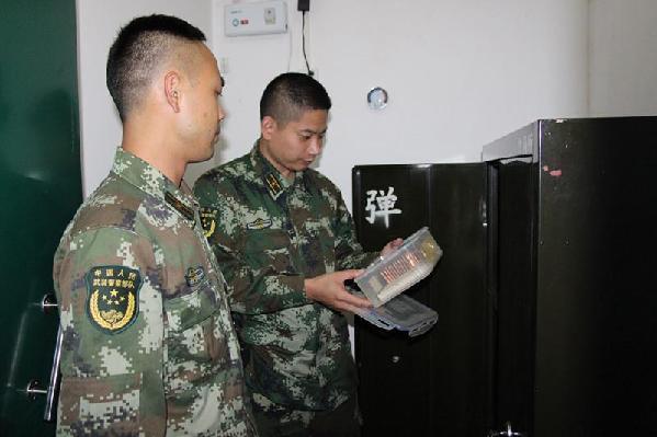 广西北海沙岗边防派出所组织官兵对武器装备进行清点保养