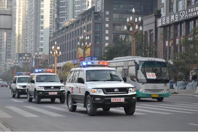 澳门新金沙在线网址:武警官兵巡逻途中_上演5分钟极限救援