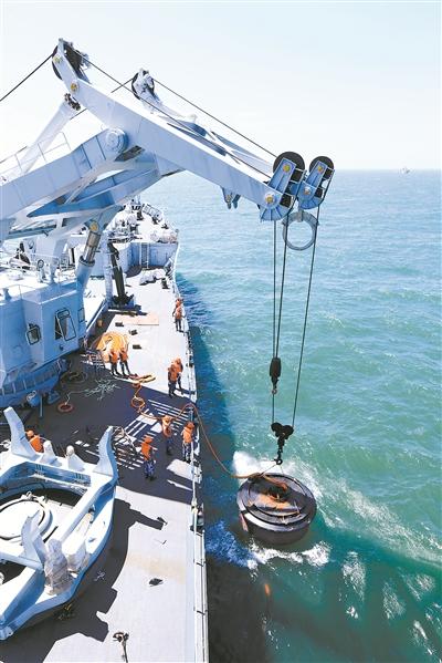 海军实战化援潜救生演练