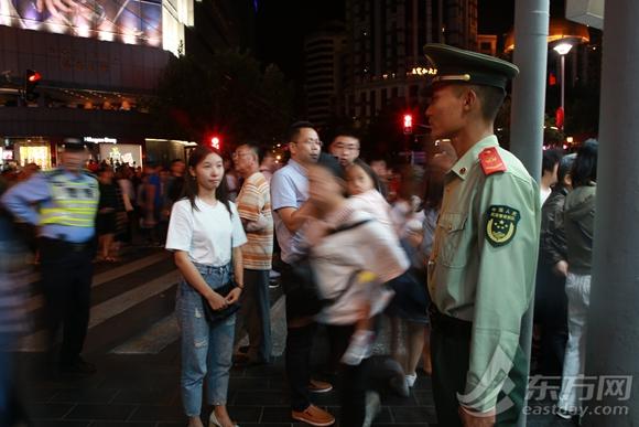 国庆网红武警战士南京路上续演鱼水情 路人献花c皮t288