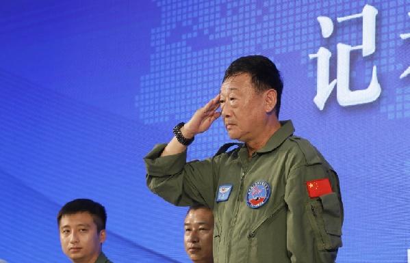 新华社广州11月7日电题:歼-10首飞试飞员首次公开亮相 飞遍歼-10各型号