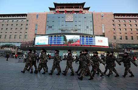 春运首日,北京西站执勤武警护卫旅客平安出行父子关系之默爱