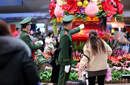 春运首日,六合,北京西站执勤武警护卫旅客平安出行父子关系之默爱