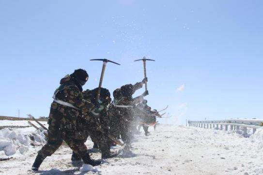 武警某部交通第三支队:官兵昼夜破冰除雪保畅通